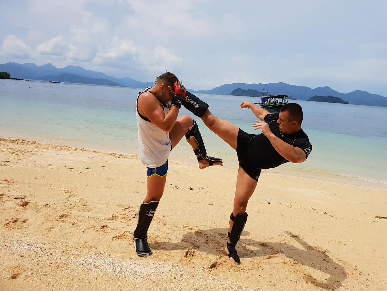 Trening na plaży w Tajlandii na wyspie Koh Wai