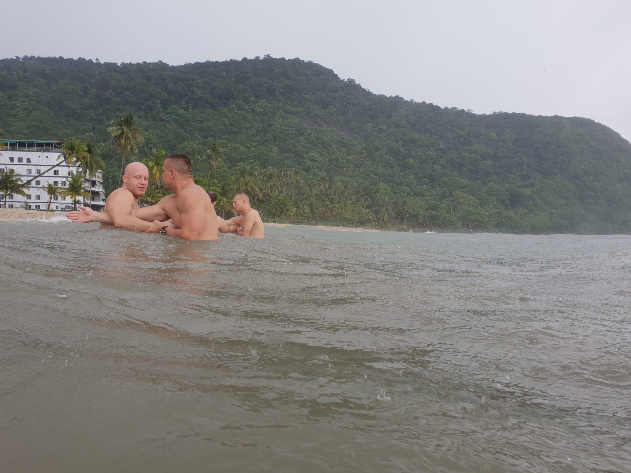 Trening Defendo w deszczu w morzu - Tajlandia, Koh Chang
